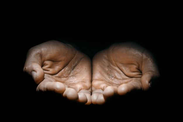 Demander les mains d'un homme travaillant dans l'obscurité