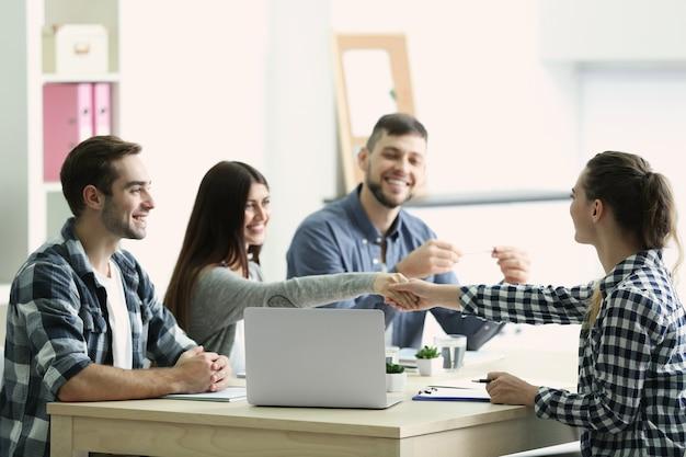 Demandeur d'emploi ayant une entrevue au bureau