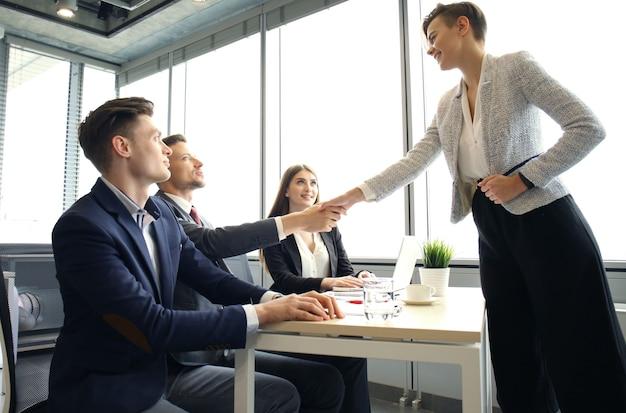 Demandeur d'emploi ayant une entrevue. poignée de main lors d'un entretien d'embauche