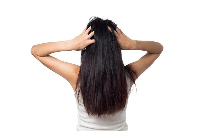 Démangeaisons du cuir chevelu des femmes qui démangent ses cheveux sur un fond blanc