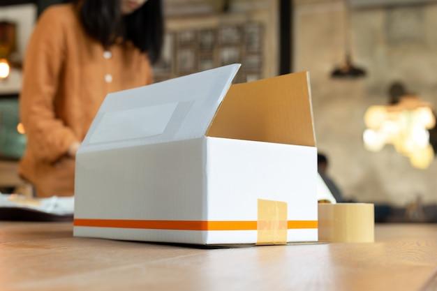 Démarrage, femme, propriétaire, femme, emballage, carton, lieu de travail