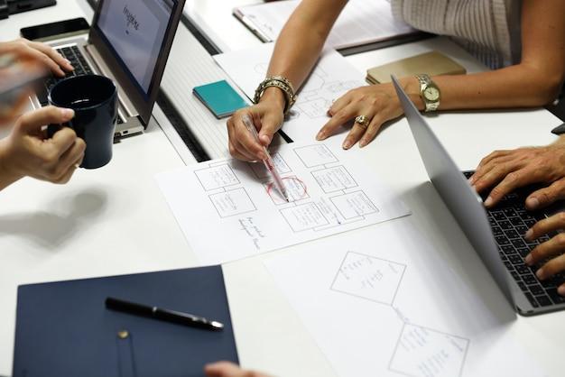 Démarrage de gens d'affaires travaillant sur un ordinateur portable