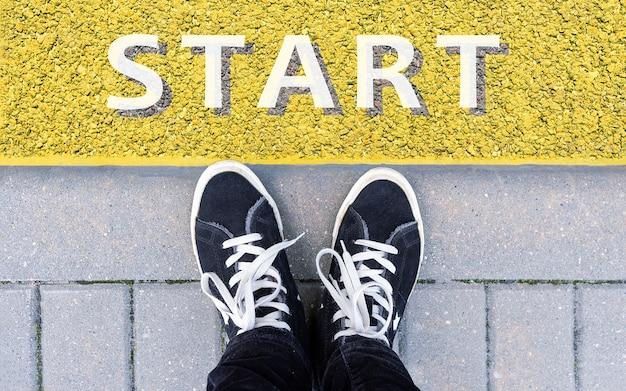 Démarrer l'arrière-plan vue de dessus de l'homme d'affaires sur start line business challenge ou faire quelque chose de nouveau