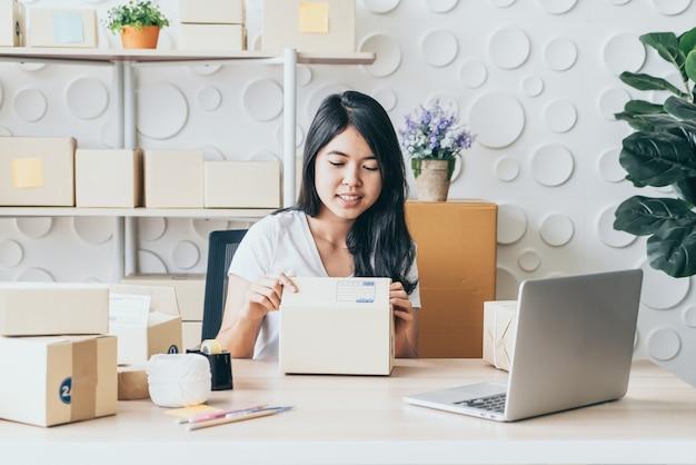 Démarrer une pme entrepreneur de petite entreprise ou une femme indépendante travaillant à domicile - vendre un concept de magasinage en ligne ou en ligne