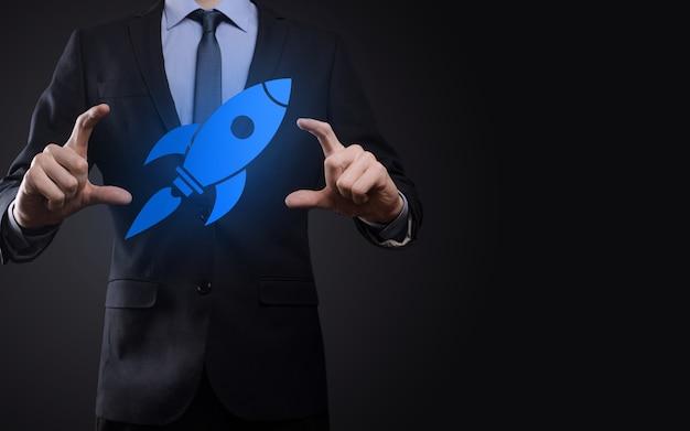 Démarrez le concept avec un homme d'affaires tenant une icône de fusée numérique abstraite.
