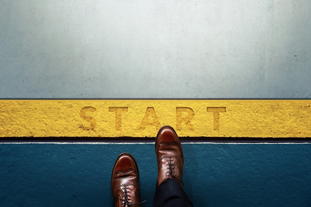 Démarrez le concept. vue de dessus de l'homme d'affaires entre dans la ligne de départ. business challenge ou faire quelque chose de nouveau