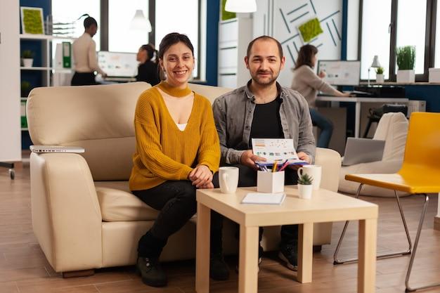 Démarrez le travail d'équipe de l'entreprise en parlant lors d'une réunion vidéo assis sur un canapé, écoutant et expliquant la stratégie de l'équipe de gestion à distance