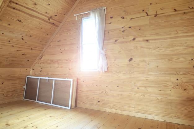 Déménagement dans une nouvelle maison dans une pièce vide avec espace et éclairage pour le fond