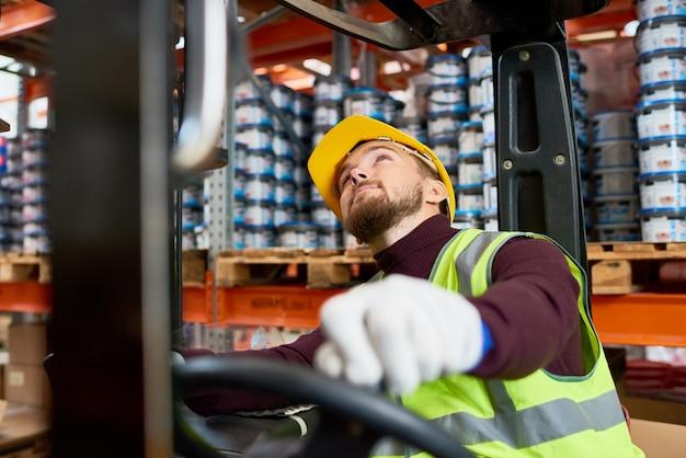 Déménageur à l'aide de chariot élévateur en entrepôt