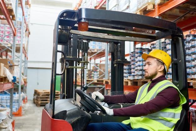 Déménageur d'entrepôt à l'aide d'un chariot élévateur