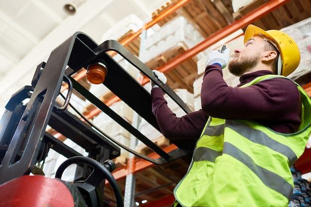 Déménageur d'entrepôt s'exprimant par talkie-walkie