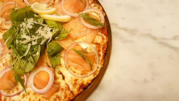 Demi assiette à pizza au saumon fumé