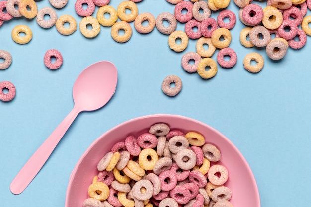 Demi-bol délicieux et nutritif de boucles de céréales aux fruits