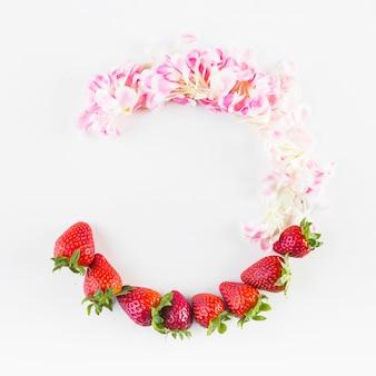 Demi-cercle de pétales et de fraises