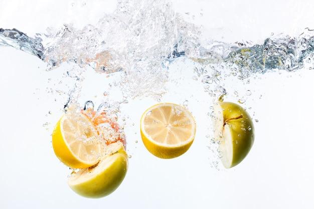 Demi citrons et pommes dans l'eau
