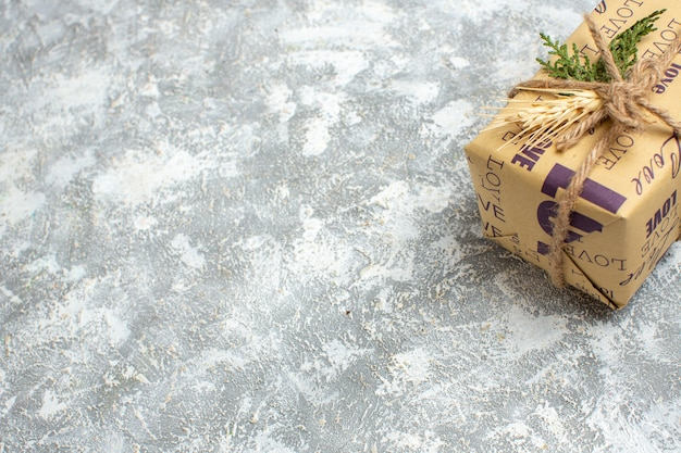 Demi-coup de beau cadeau emballé de noël avec inscription d'amour sur le côté droit sur la table de glace
