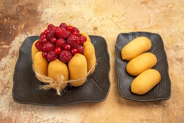 Demi coup d'un gâteau cadeau avec des fruits sur le côté droit de la table de couleurs mélangées