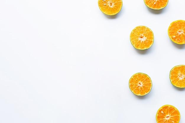 Demi-coupe d'oranges sur blanc