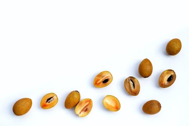 Demi-fruit de sapotille frais et ensemble isolé