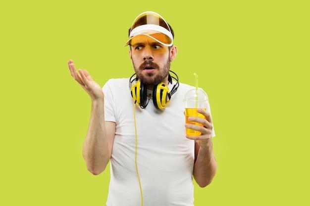 Demi-longueur gros plan portrait de jeune homme en chemise sur l'espace jaune