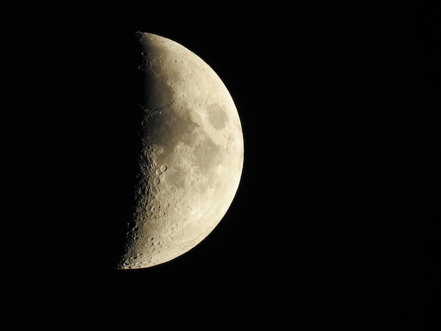 Demi lune sur une nuit sombre