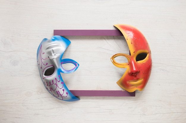 Demi-masques sur le cadre