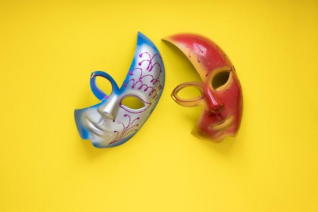 Demi-masques sur jaune