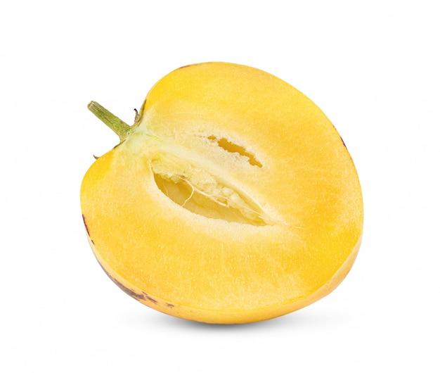 Demi melons pepino sur fond blanc