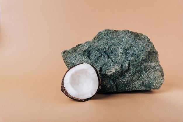 Une demi-noix de coco sur un gros plan de fond de pierre