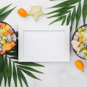 Demi noix de coco remplies de salade de fruits et espace copie