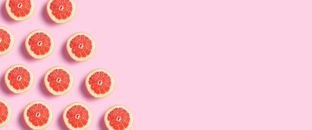 Demi pamplemousse sur fond rose.