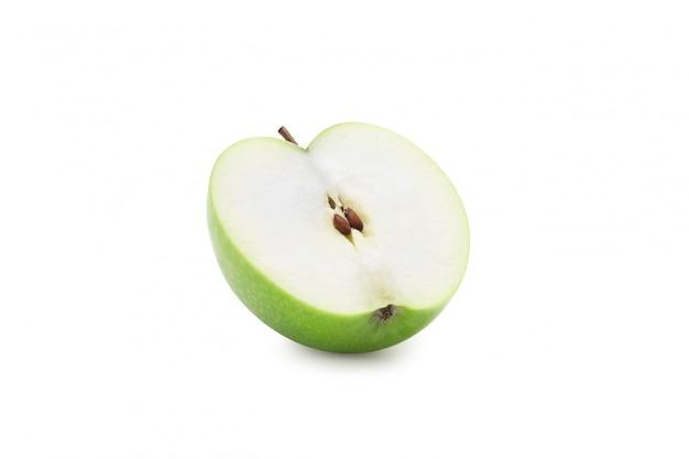 Demi pomme verte isolée sur fond blanc avec un tracé de détourage