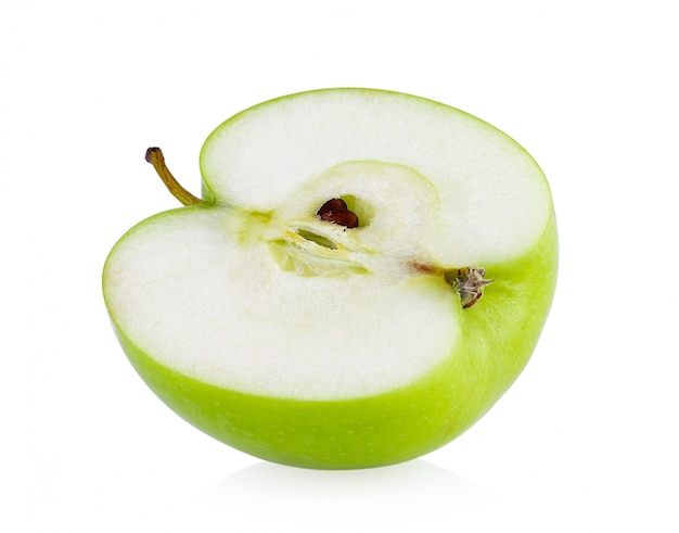 Demi pomme verte isolée sur fond blanc