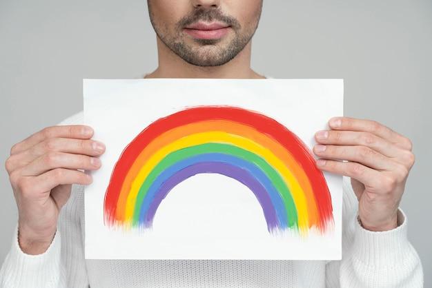 Demi portrait de personne queer en chemisier blanc
