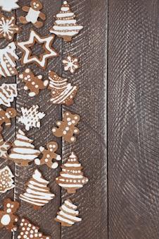 Demi-table pleine de biscuits au pain d'épice