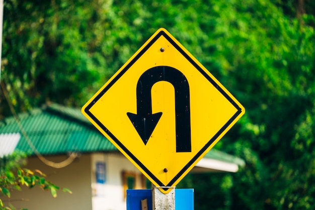 Demi-tour et panneau de signalisation