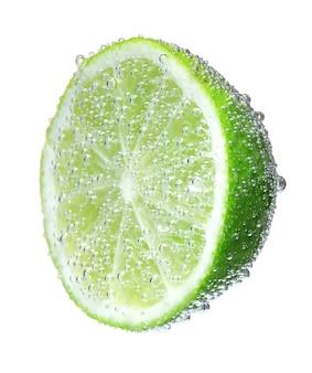 Un demi-vert citron en bulles, isolé sur blanc