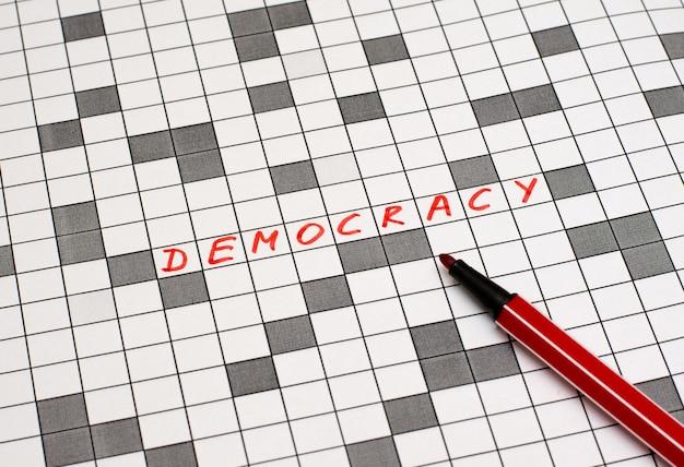 La démocratie. texte en mots croisés. lettres rouges