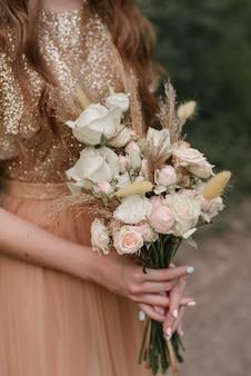 Demoiselle d'honneur avec bouquet or rose