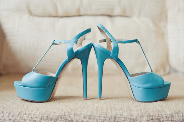 La demoiselle d'honneur turquoise mariée a chaussures