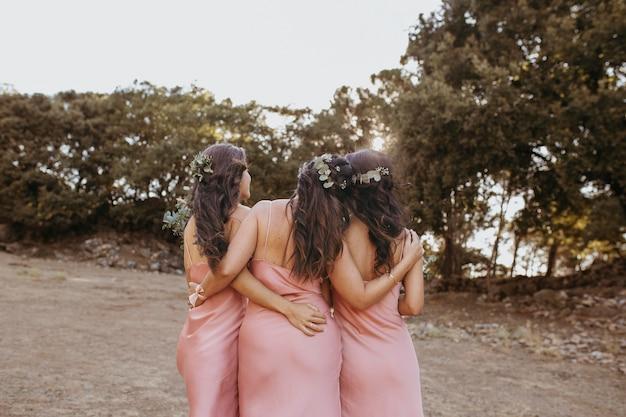 Demoiselles d'honneur dans de jolies robes célébrant le mariage en plein air