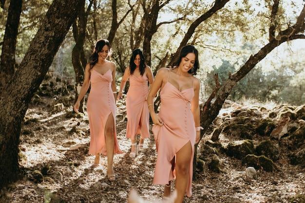 Demoiselles d'honneur dans de jolies robes célébrant