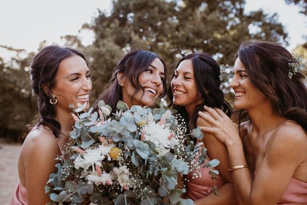 Demoiselles d'honneur dans de jolies robes à l'extérieur
