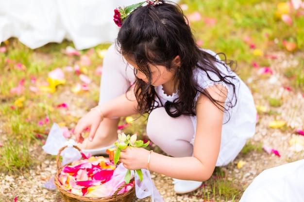 Demoiselles d'honneur de mariage avec panier de pétales de fleurs