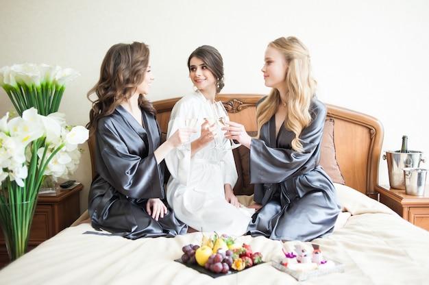 Demoiselles d'honneur le matin avant le mariage