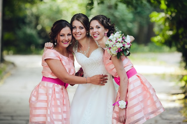 Demoiselles d'honneur posant avec la mariée