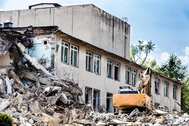 Démolition d'un bâtiment avec une pelle hydraulique
