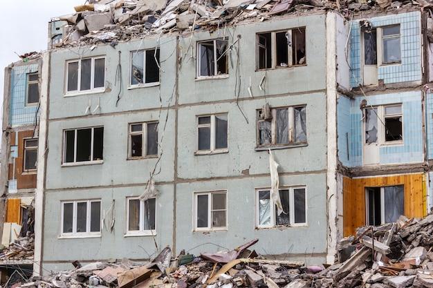Démolition De Bâtiments En Milieu Urbain. Maison En Ruines. Photo Premium