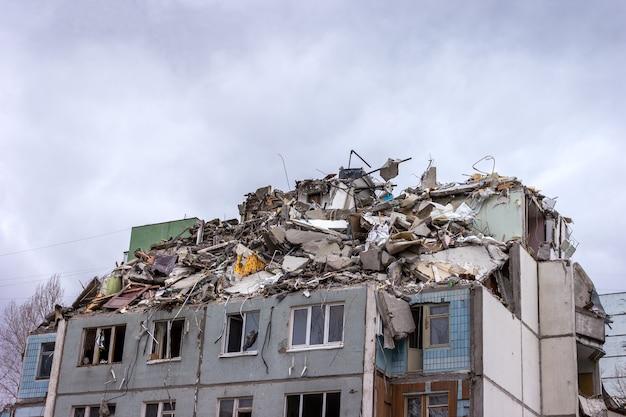 Démolition de bâtiments en milieu urbain. maison en ruines.