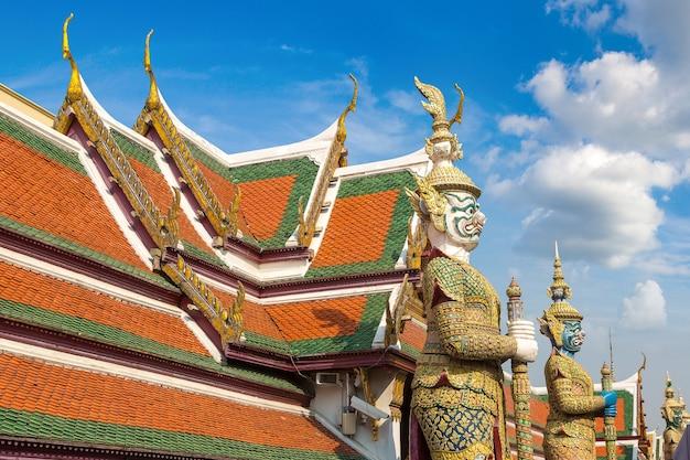 Demon guardian in wat phra kaewtemple du bouddha d'émeraude à bangkok